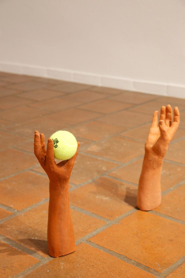 Strobel johanna on hold on arme tennisball gregor hildebrandt